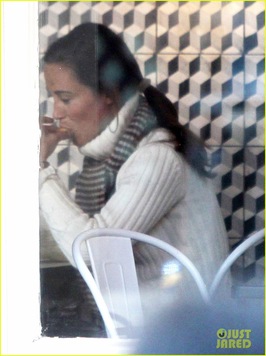 pippa middleton comptoir lunch with mom carole 14
