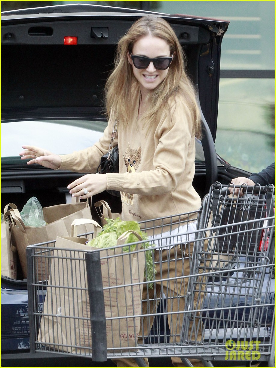 natalie portman sunday grocery shopping 04