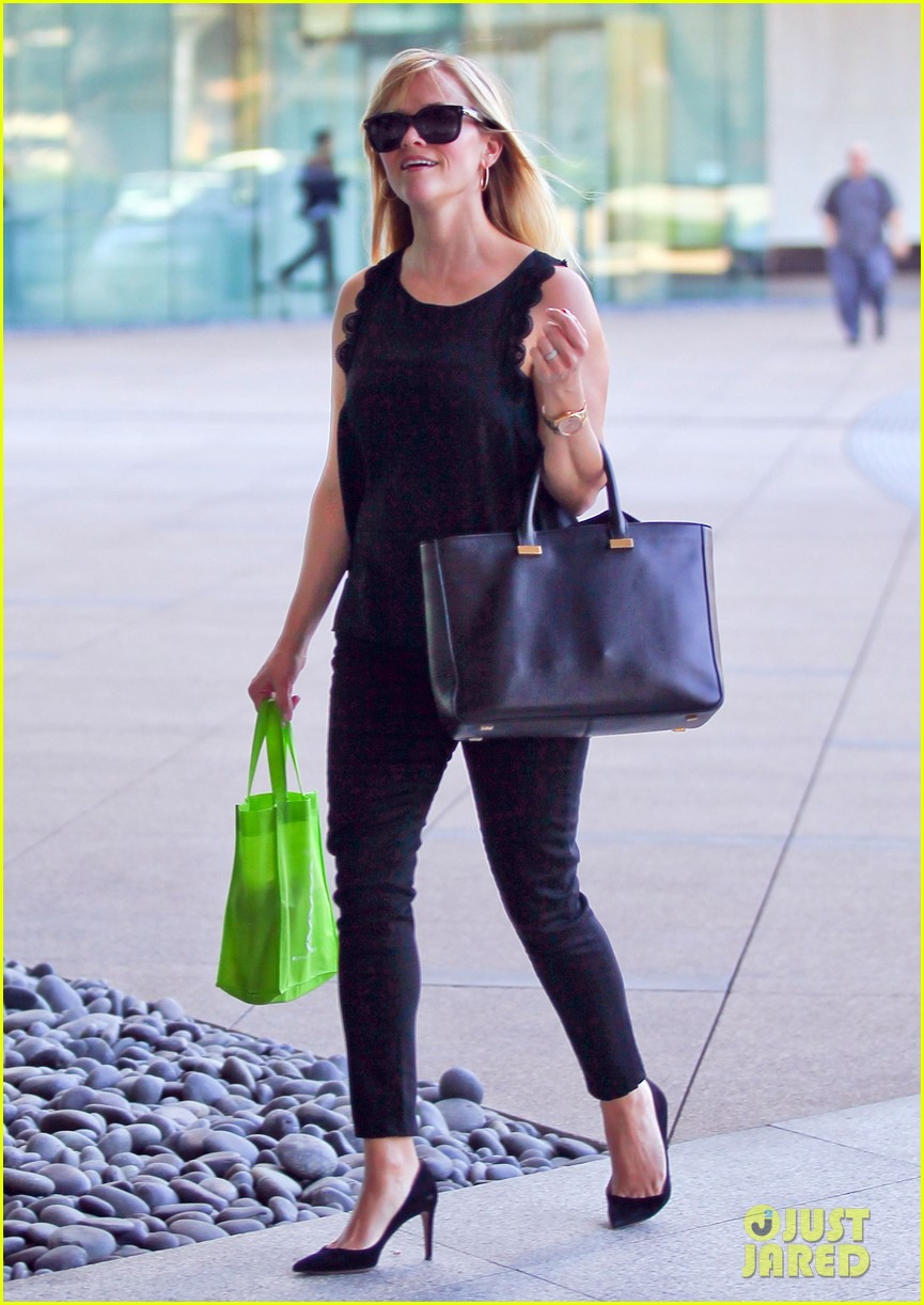 reese witherspoon smiley business meeting mom 052829522