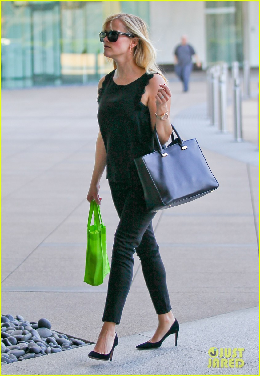 reese witherspoon smiley business meeting mom 072829524