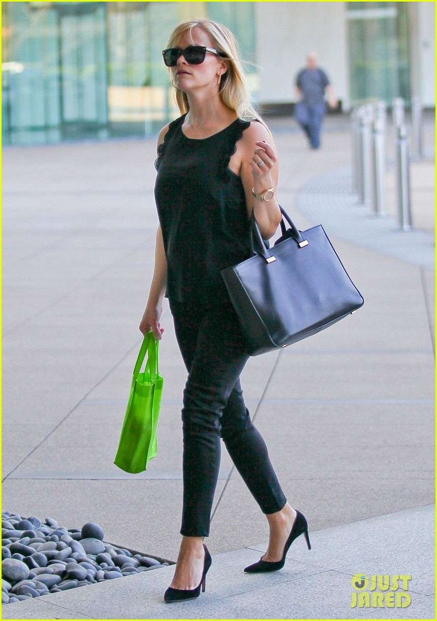 reese witherspoon smiley business meeting mom 082829525
