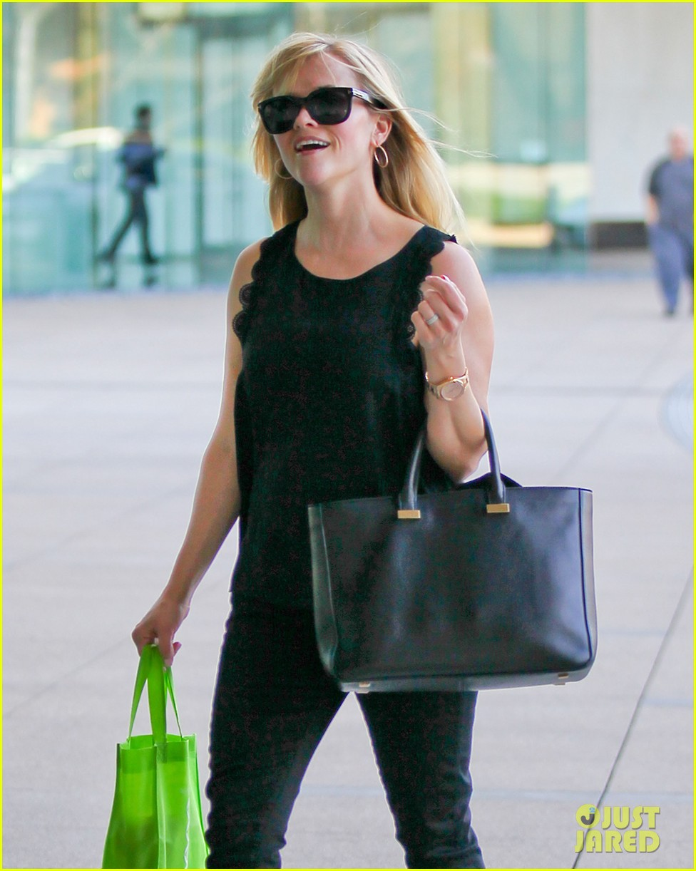 reese witherspoon smiley business meeting mom 102829527