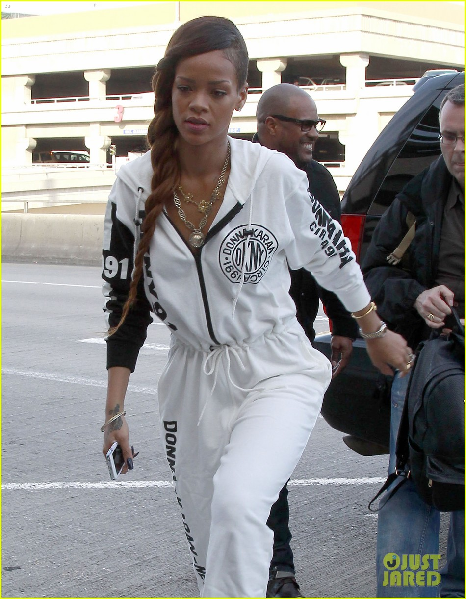 rihanna all white lax departure 04