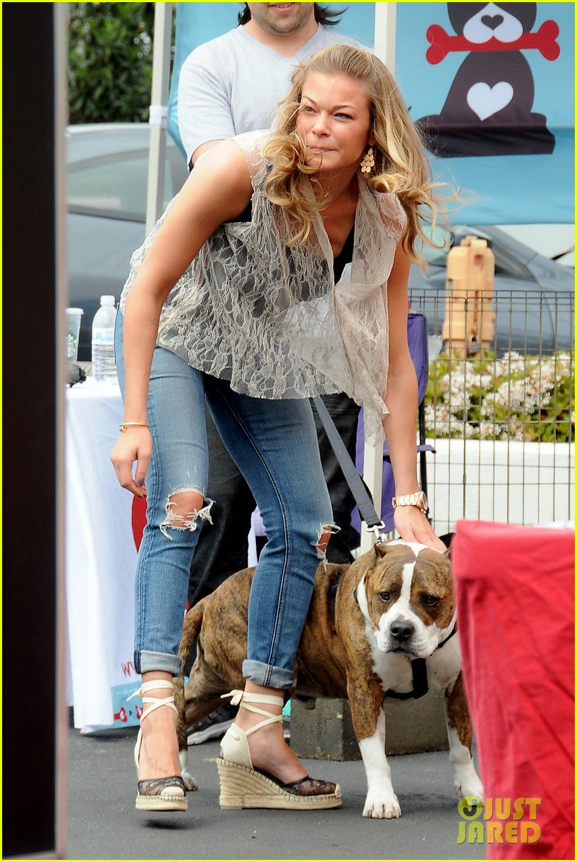 leann rimes pet adoption stand visit 01