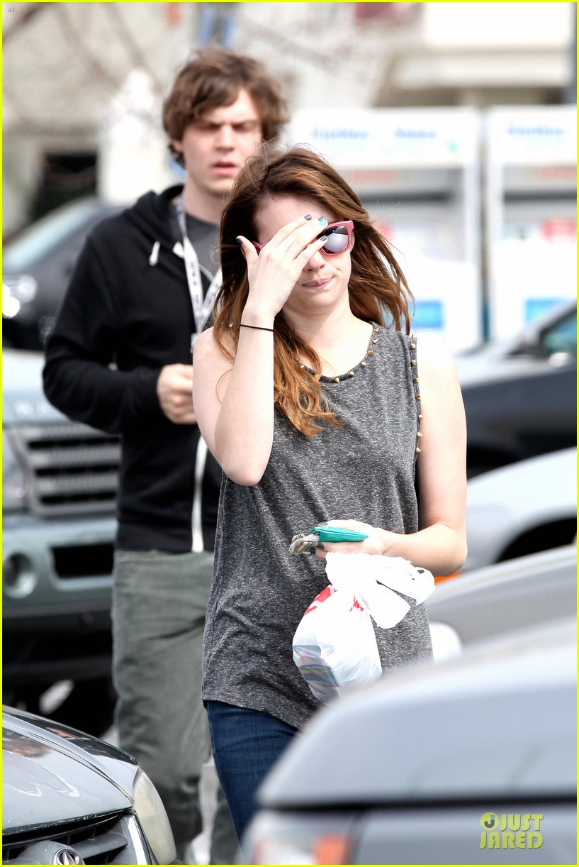 emma roberts evan peters cvs pharmacy stop 08
