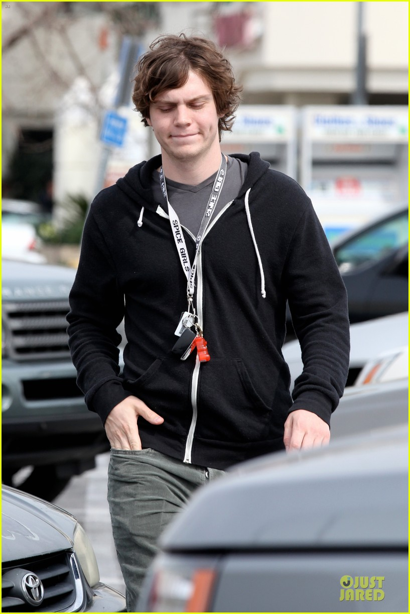 emma roberts evan peters cvs pharmacy stop 112833029