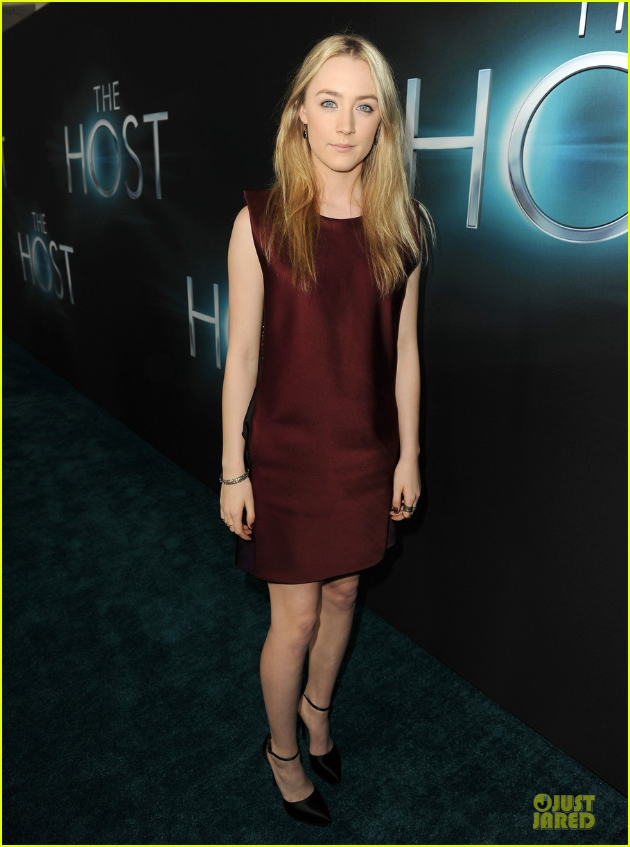 saoirse ronan max irons the host hollywood premiere 01
