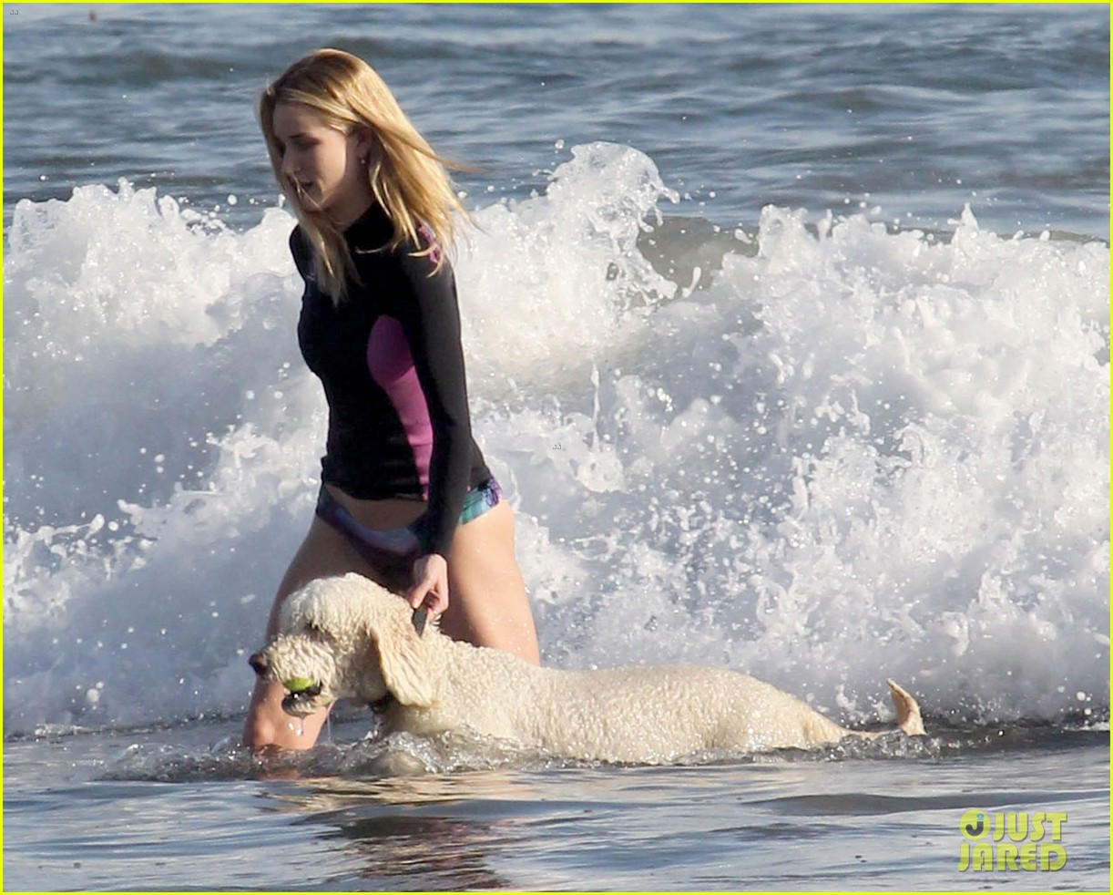 rosie huntington whiteley beach day with her pup 09
