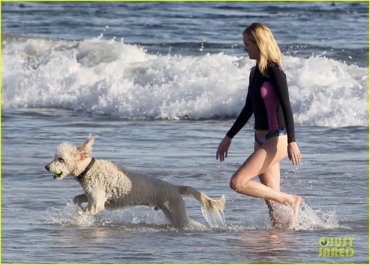 rosie huntington whiteley beach day with her pup 19