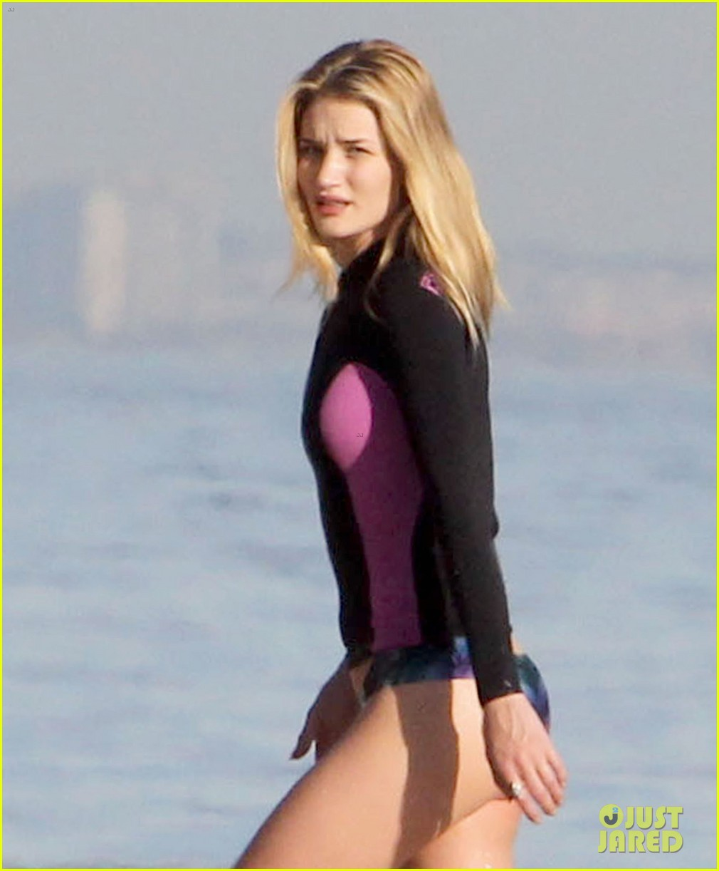 rosie huntington whiteley beach day with her pup 29