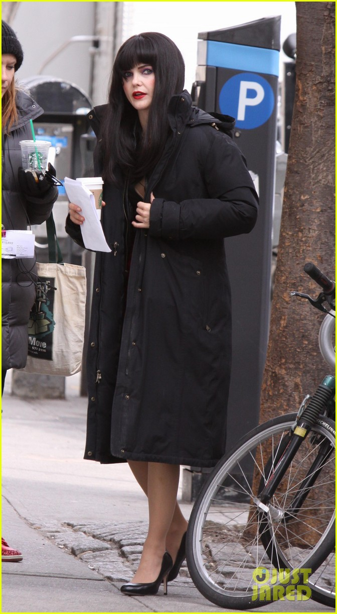 keri russell black wig for the americans 01