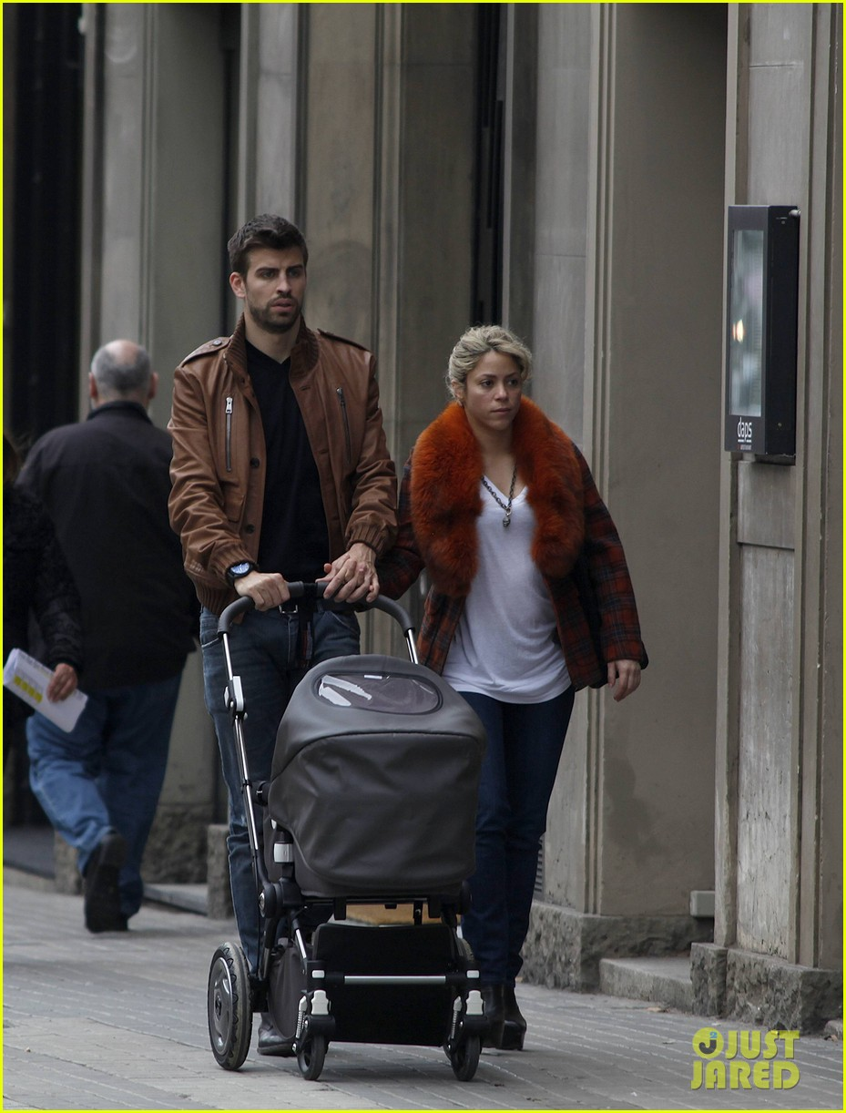 shakira gerard pique family picture with baby milan 012830491