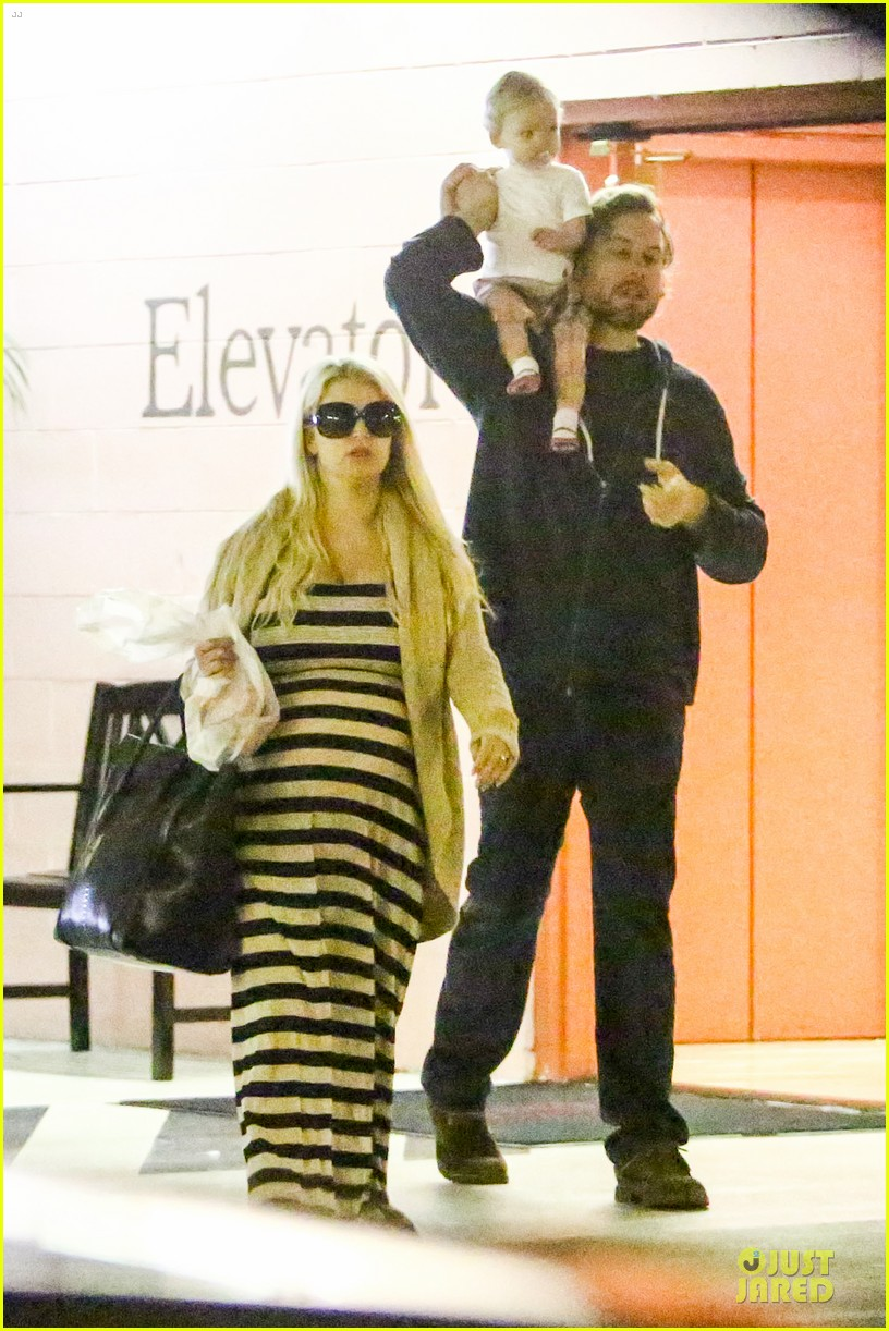 pregnant jessica simpson eric johnson doctors office with maxwell 012839962