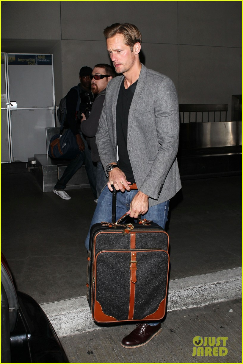 alexander skarsgard carries ellen page luggage at lax 01