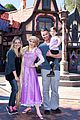 sarah michelle gellar freddie prinze jr disneyland with charlotte 03