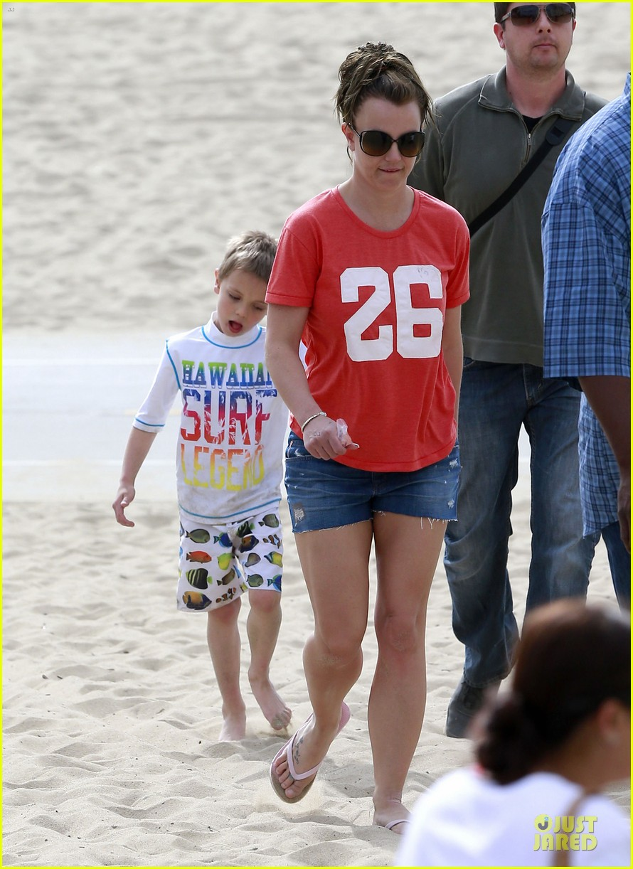 britney spears santa barbara beach day with the boys 05