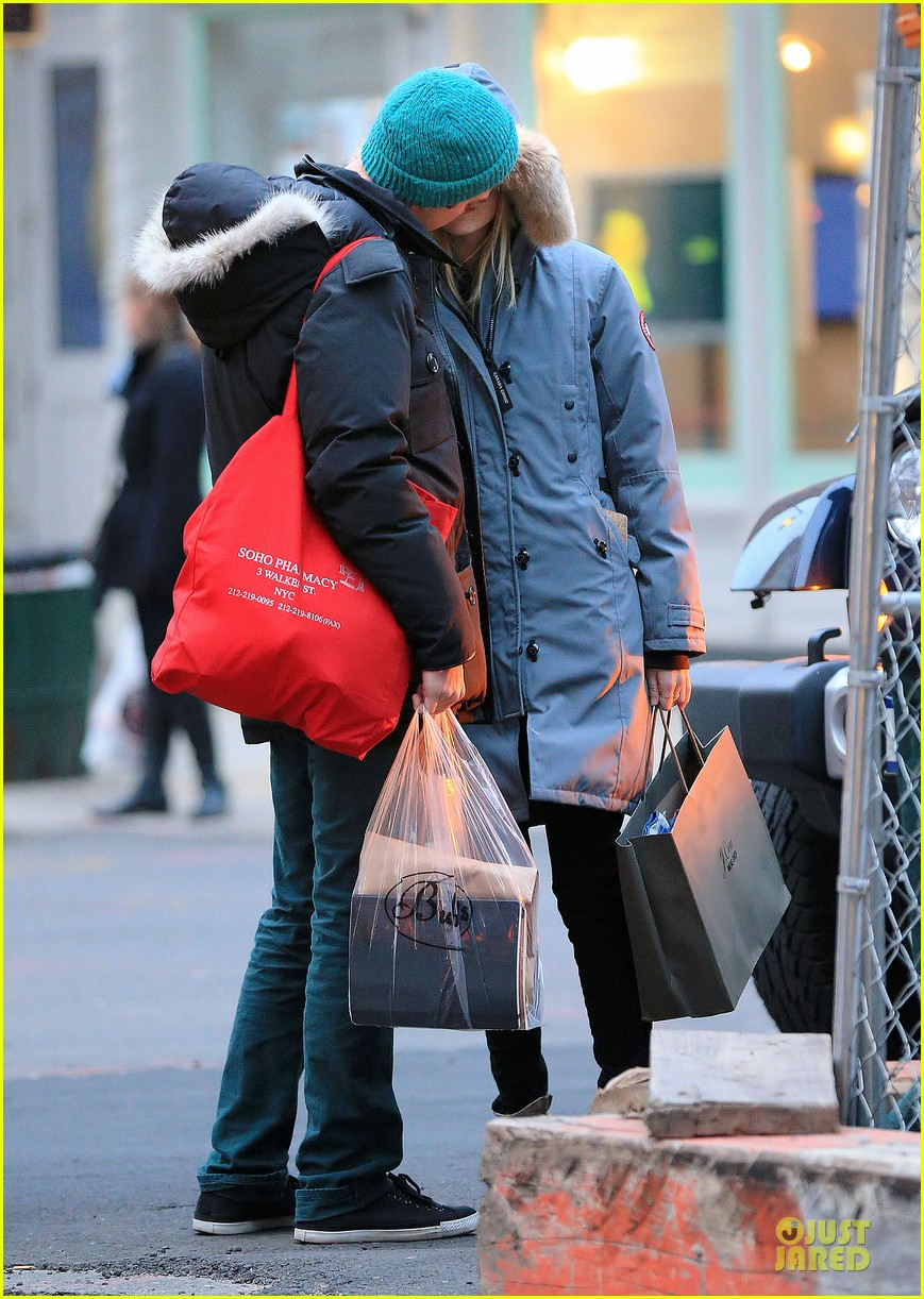emma stone andrew garfield kissing during amazing spider man 2 break 032823905