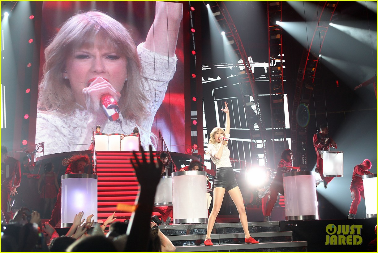 taylor swift club red meet greet in newark 112839107