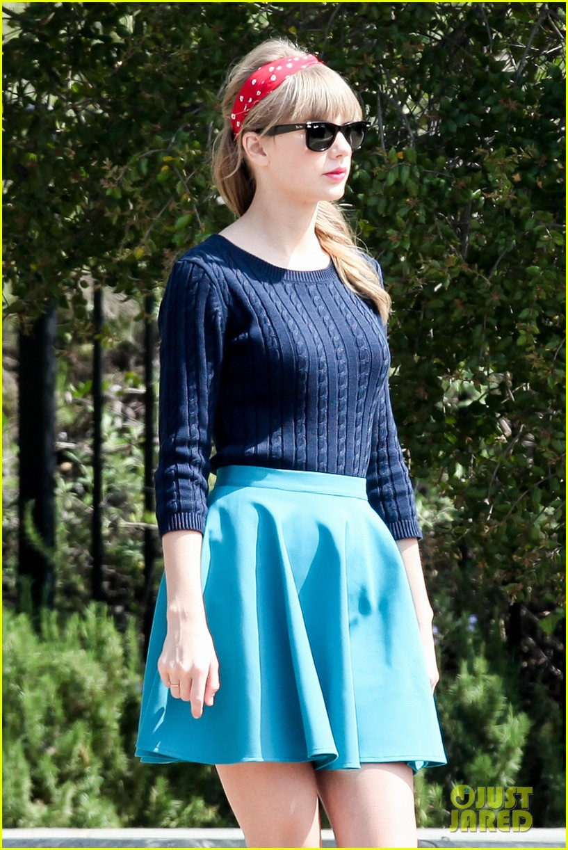 taylor swift trampoline jumper at photo shoot 042831750