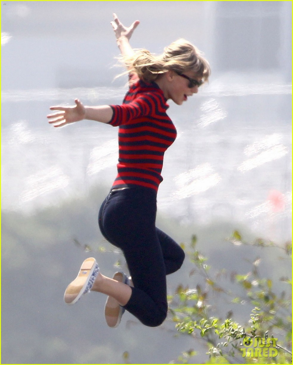 taylor swift trampoline jumper at photo shoot 082831754
