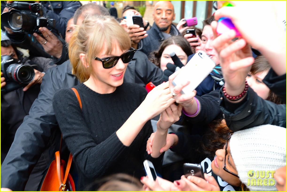 taylor swift paints the town red in new york city 202838730