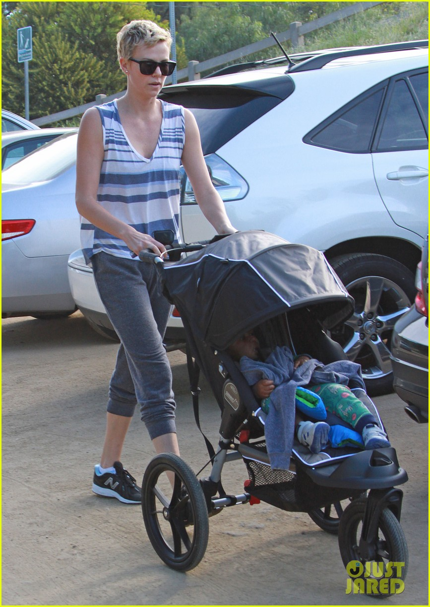charlize theron runyon canyon hike with jackson 22