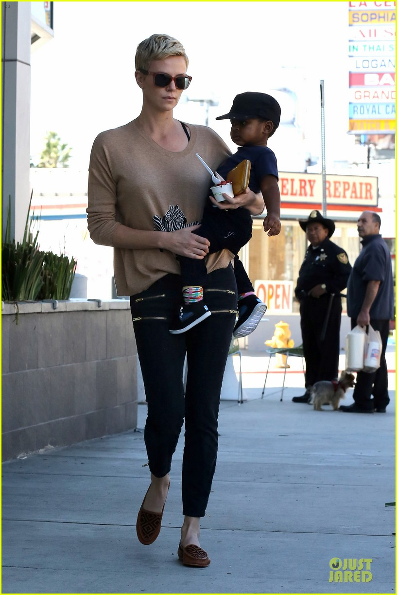 charlize theron pinkberry treat with jackson 062829047