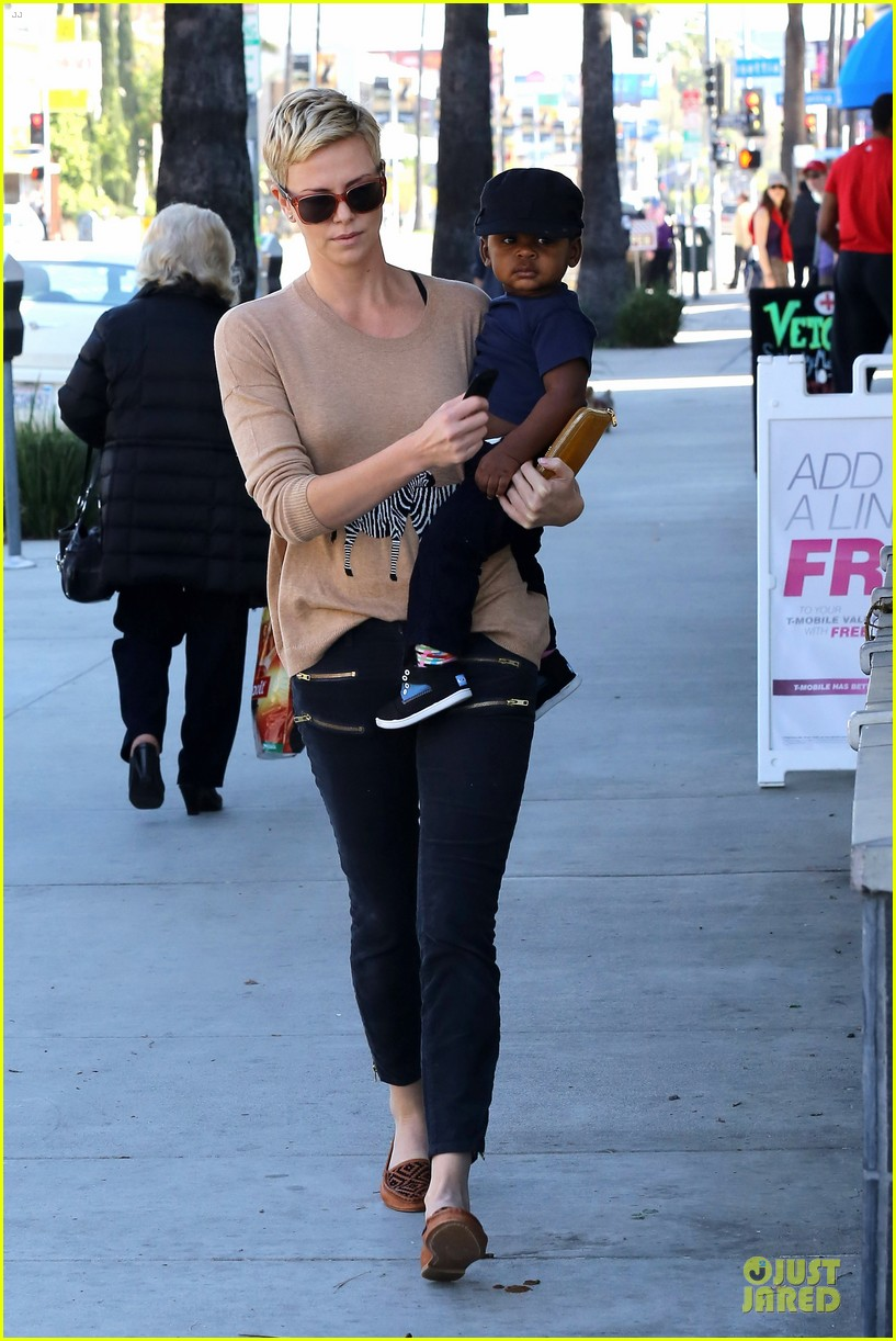 charlize theron pinkberry treat with jackson 082829049