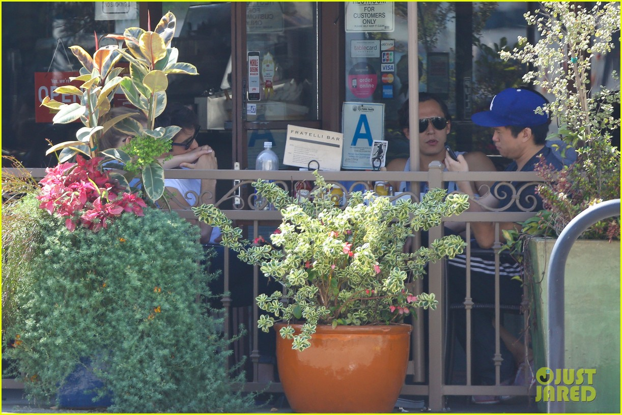 emily vancamp joshua bowman fratelli cafe couple 052837383
