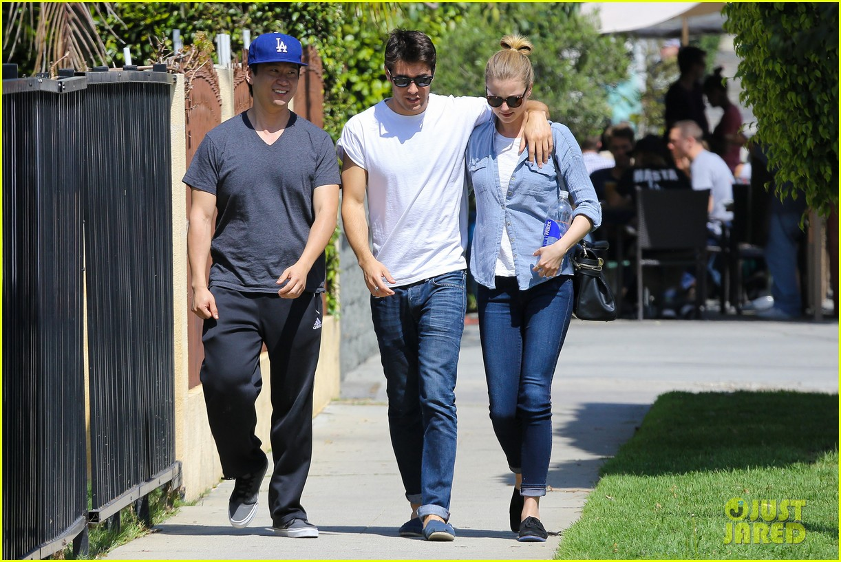 emily vancamp joshua bowman fratelli cafe couple 082837386