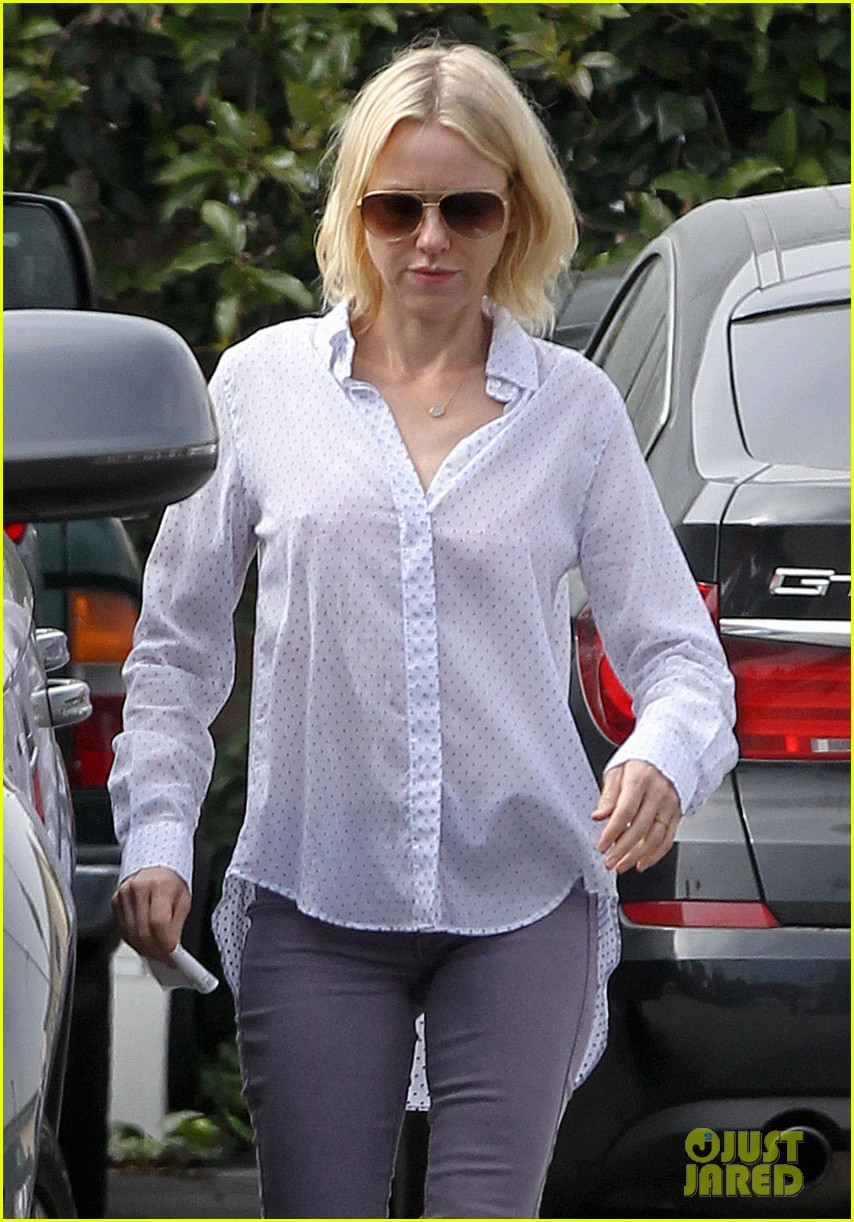 naomi watts on her stylist she pushes me to be daring 042829977