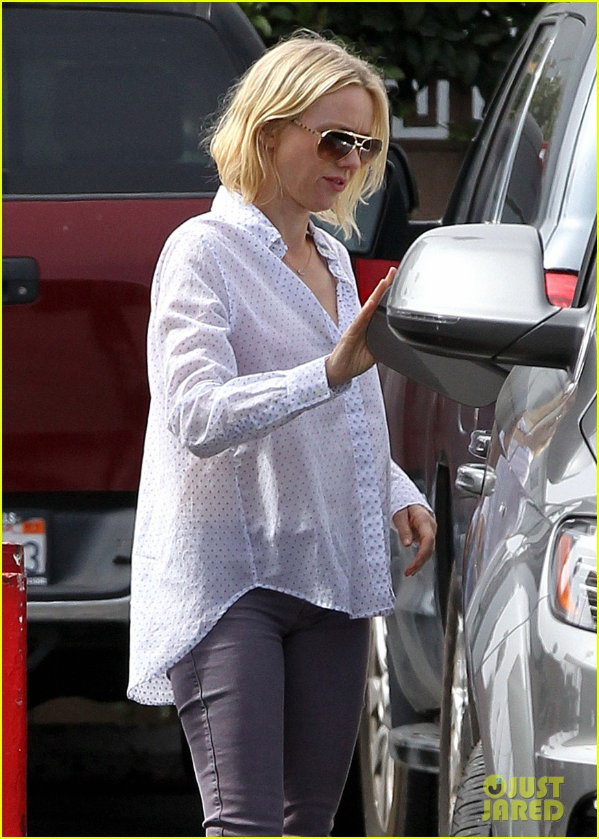 naomi watts on her stylist she pushes me to be daring 082829981
