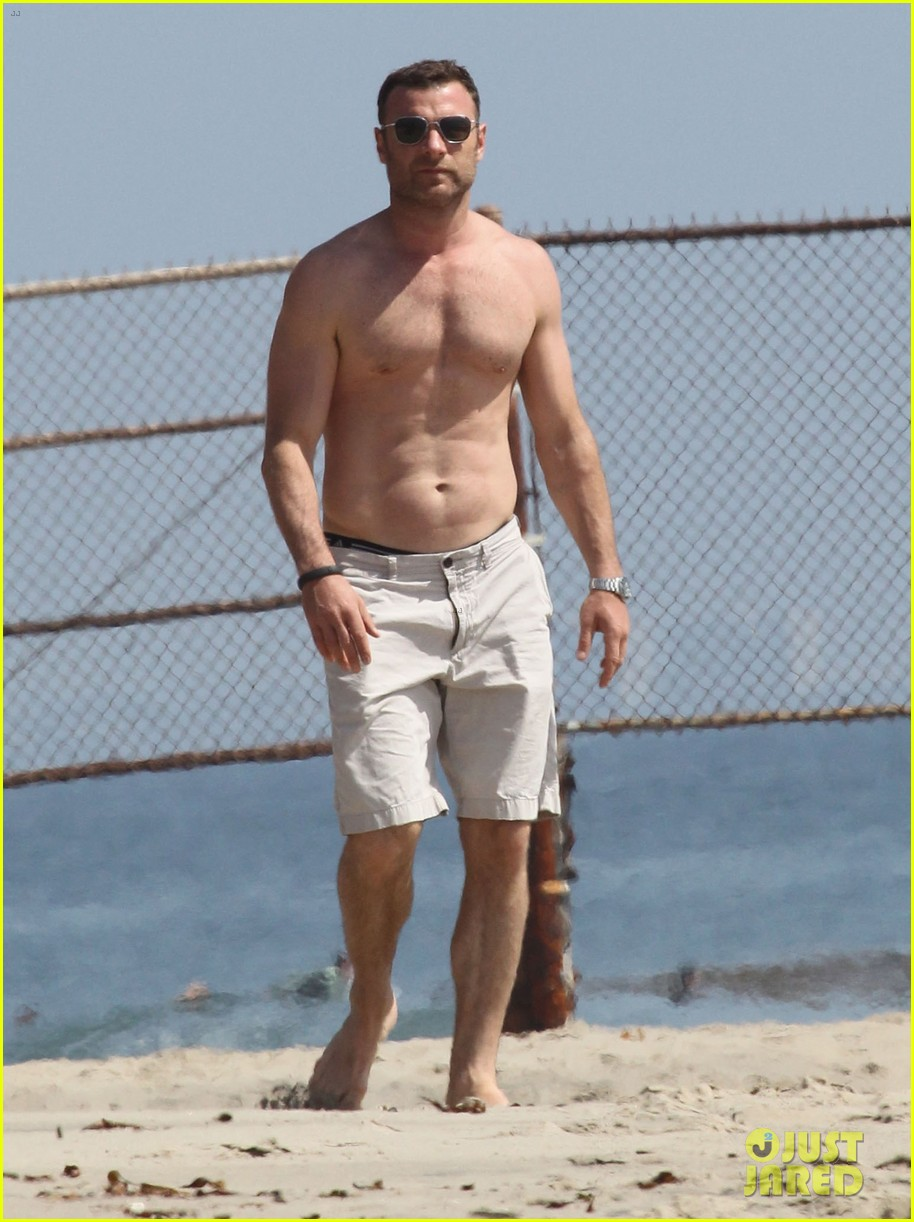 naomi watts shirtless liev schreiber family beach day 08