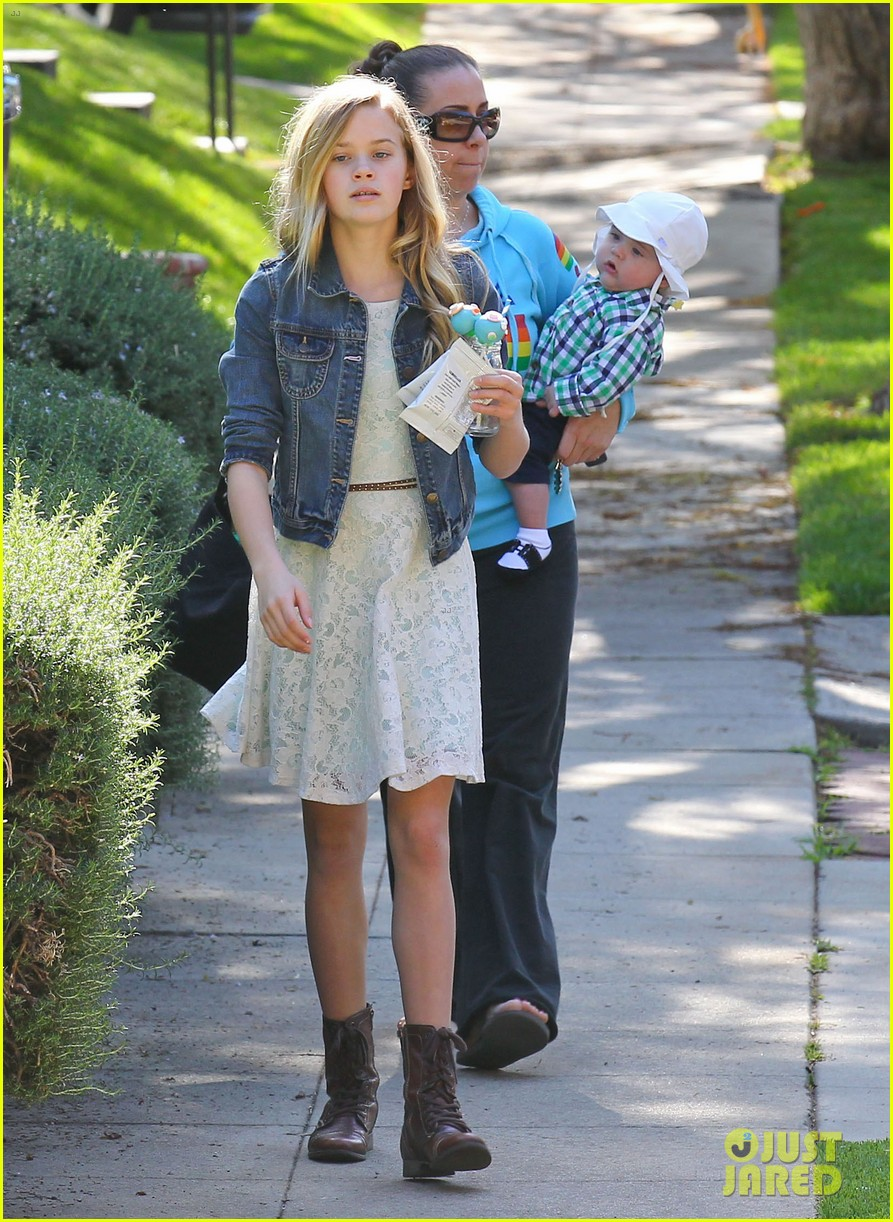 resse witherspoon full family outing 022828094