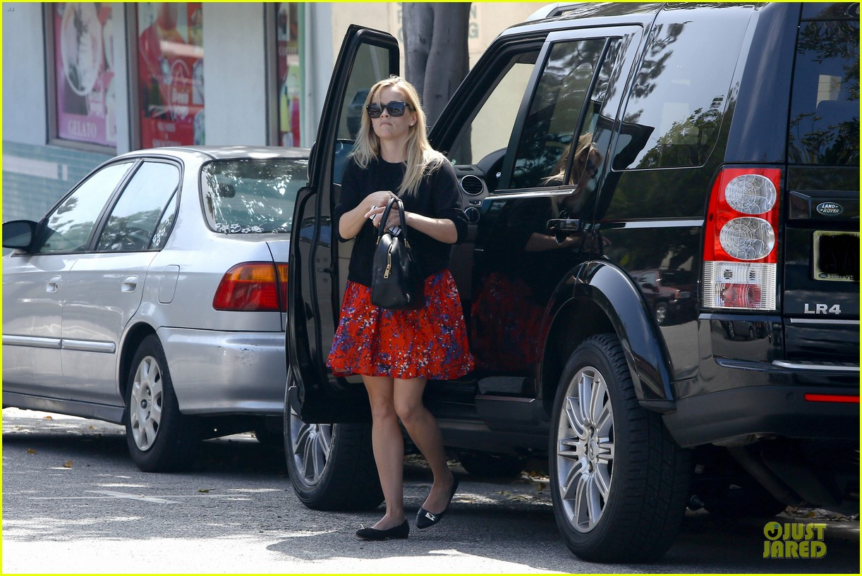 reese witherspoon floral friday meal stop 052831357