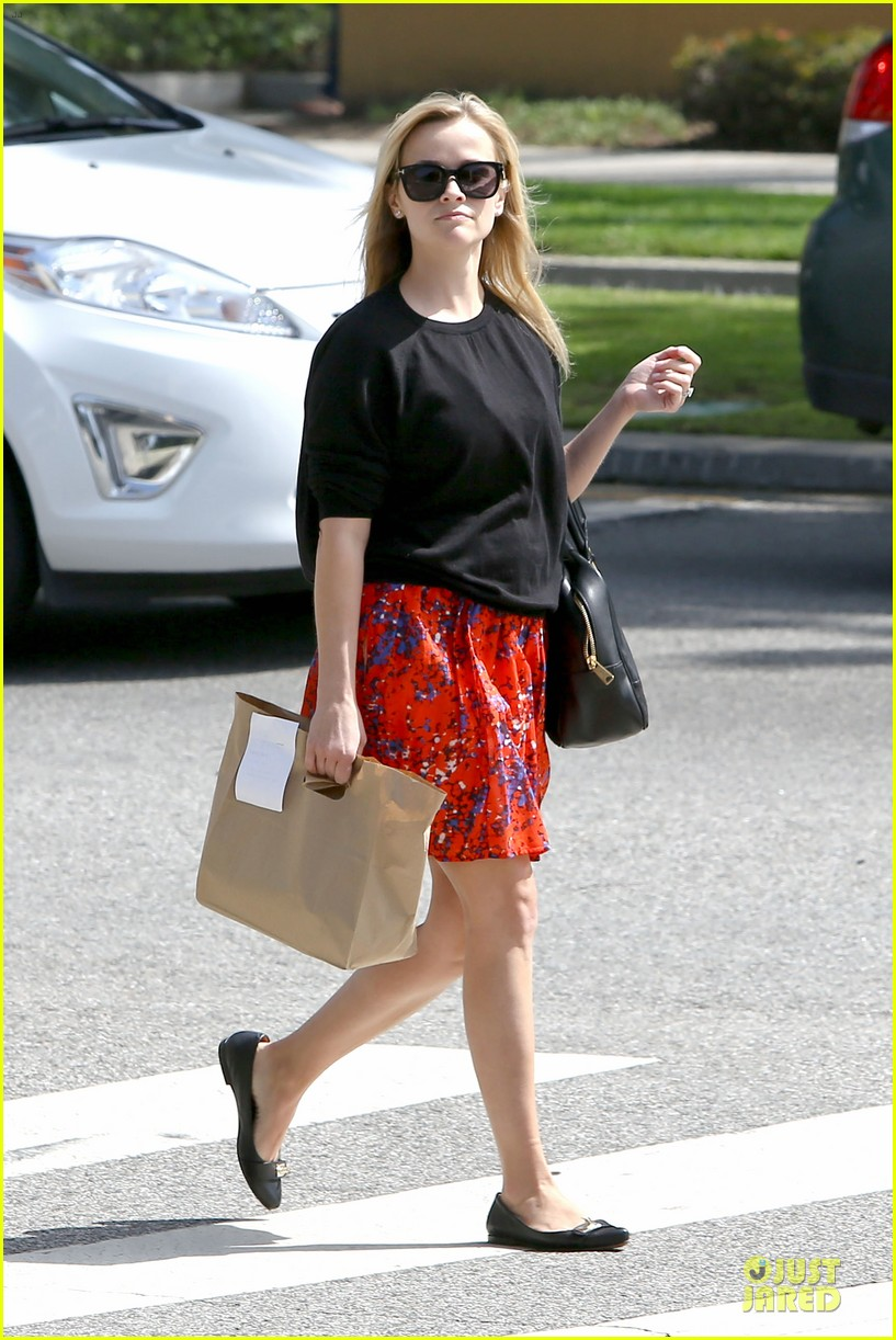 reese witherspoon floral friday meal stop 072831359