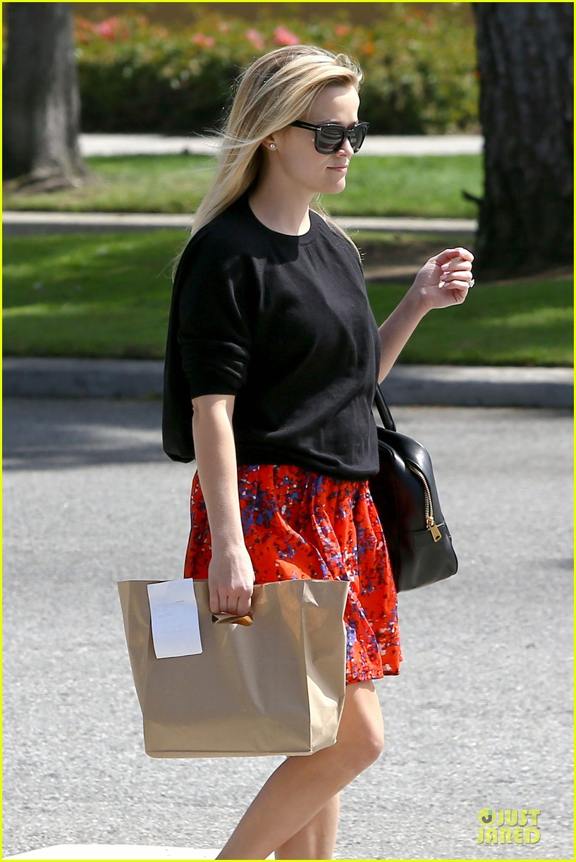 reese witherspoon floral friday meal stop 122831364