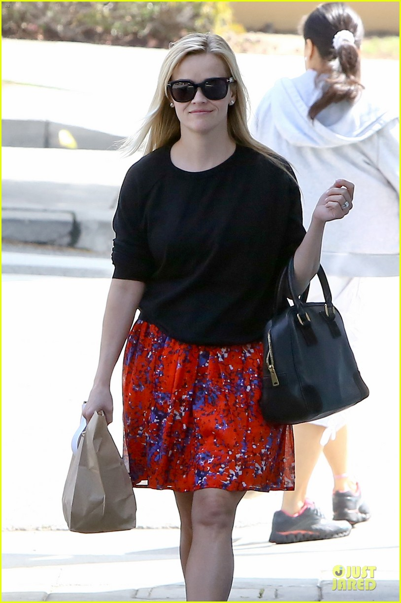 reese witherspoon floral friday meal stop 132831365