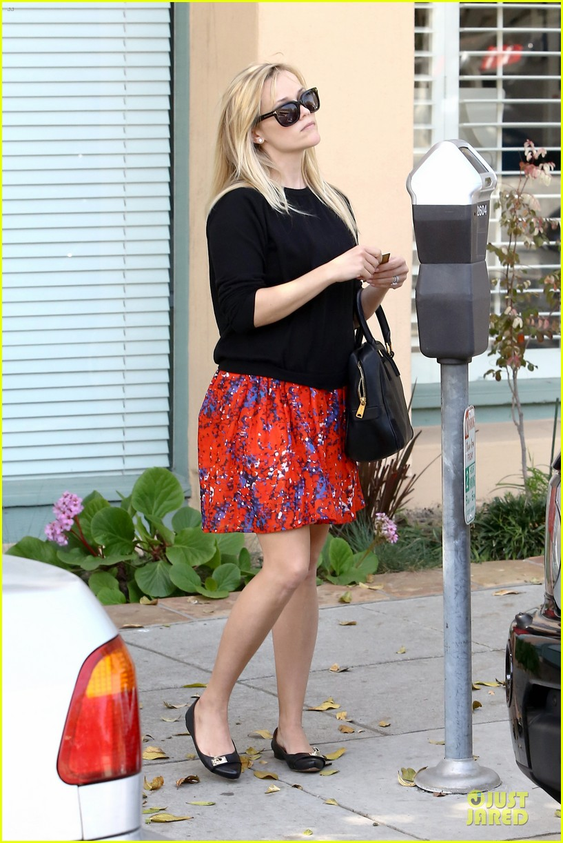 reese witherspoon floral friday meal stop 142831366
