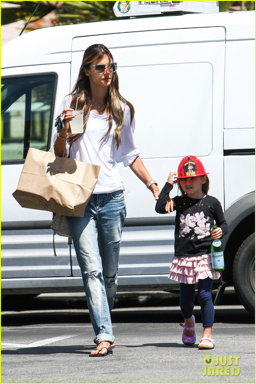 alessandra ambrosio anja ice cream treat 11