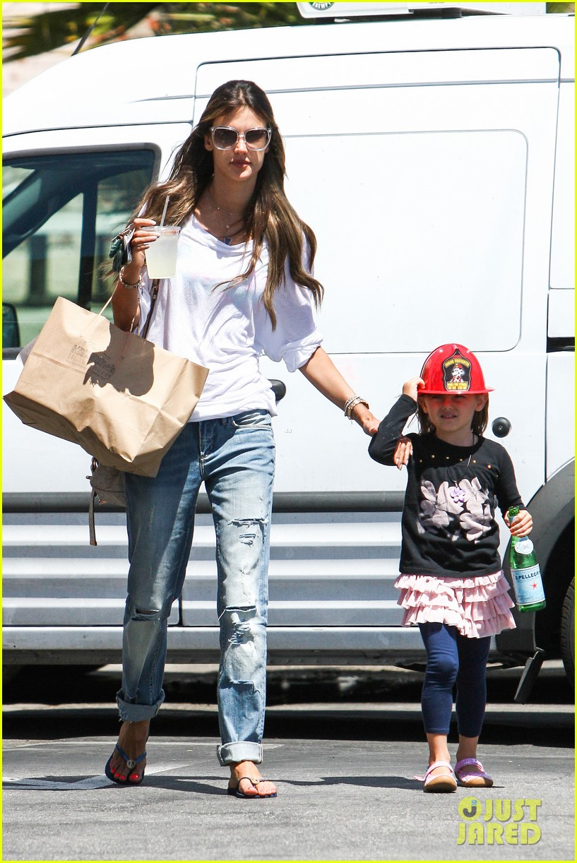 alessandra ambrosio anja ice cream treat 14