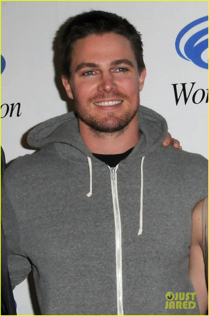 stephen amell wondercon panel after vancouver sunburn 04