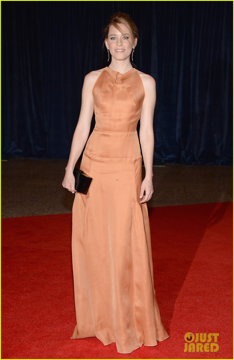 elizabeth banks white house correspondents dinner 2013 red carpet 032859531