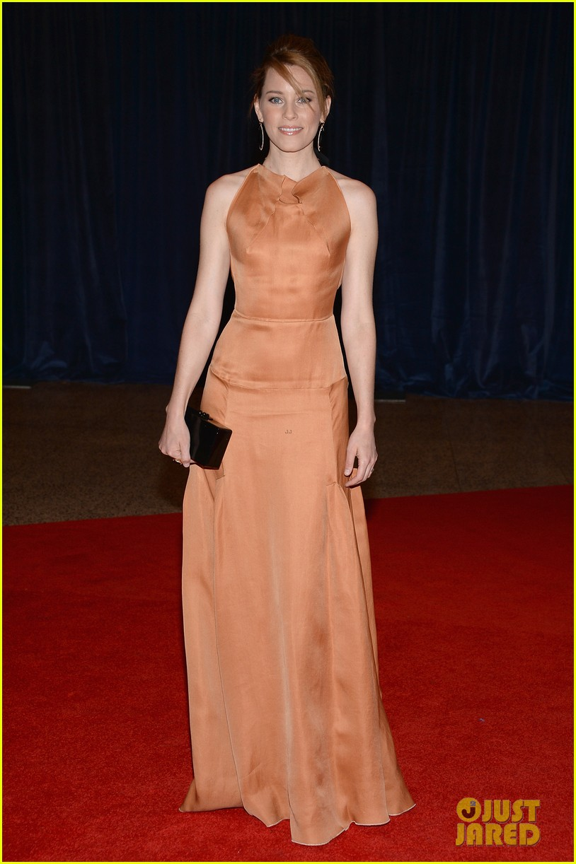 elizabeth banks white house correspondents dinner 2013 red carpet 05