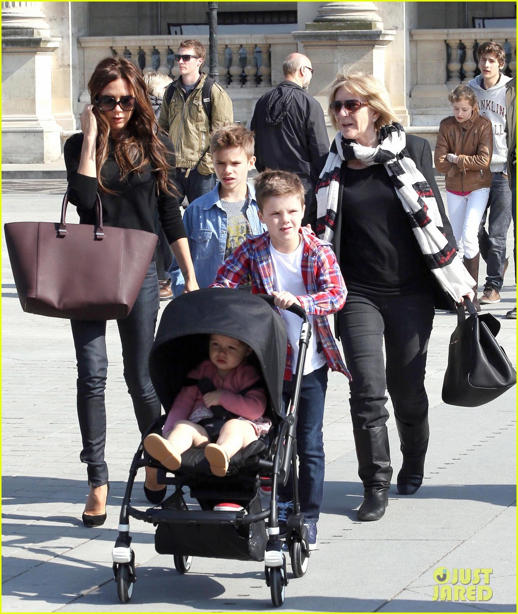 victoria beckham louvre museum family trip 072855496