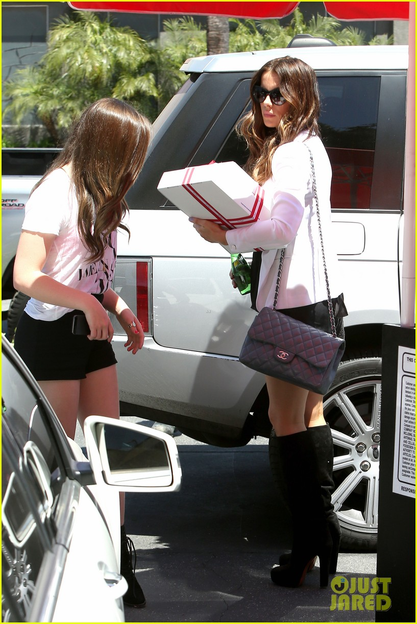 kate beckinsale dressed up at the six 032855411