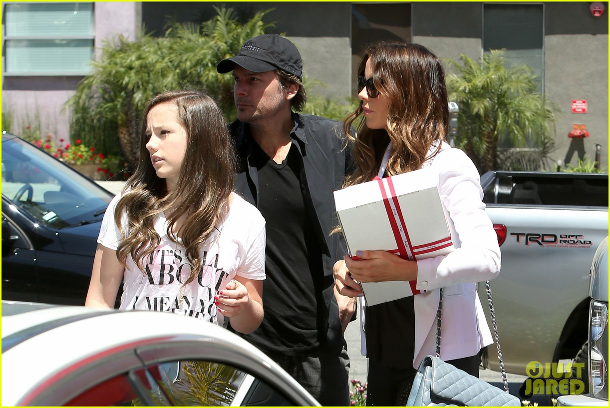 kate beckinsale dressed up at the six 042855412