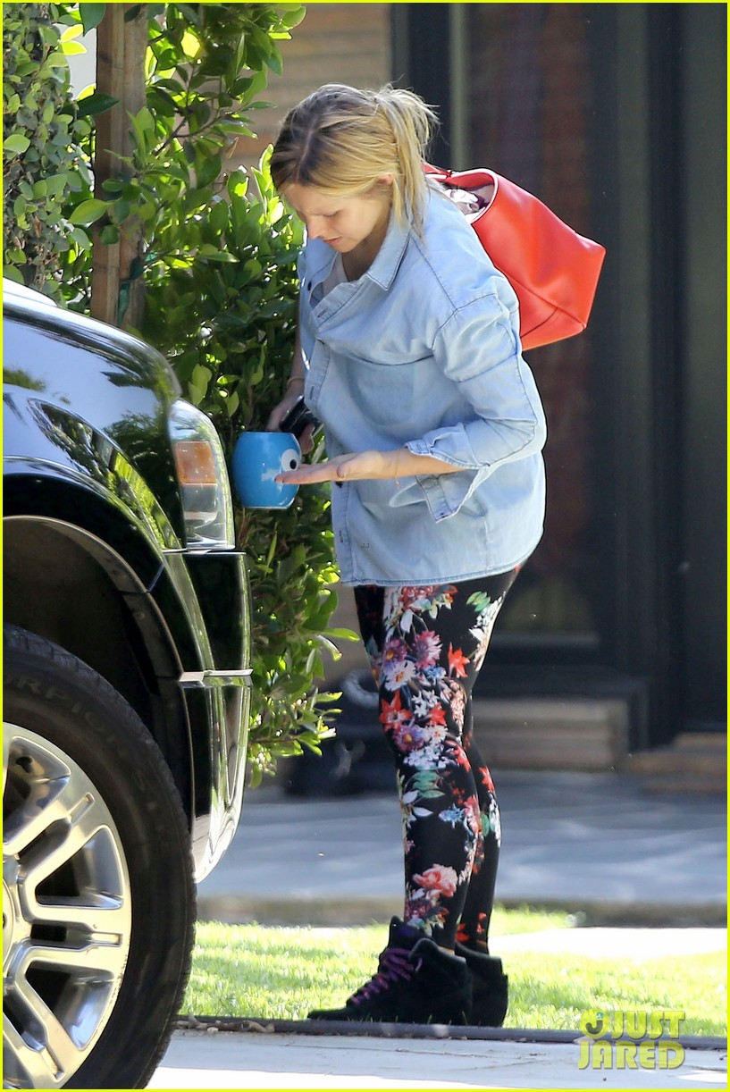 kristen bell steps out for first time since giving birth 032860669