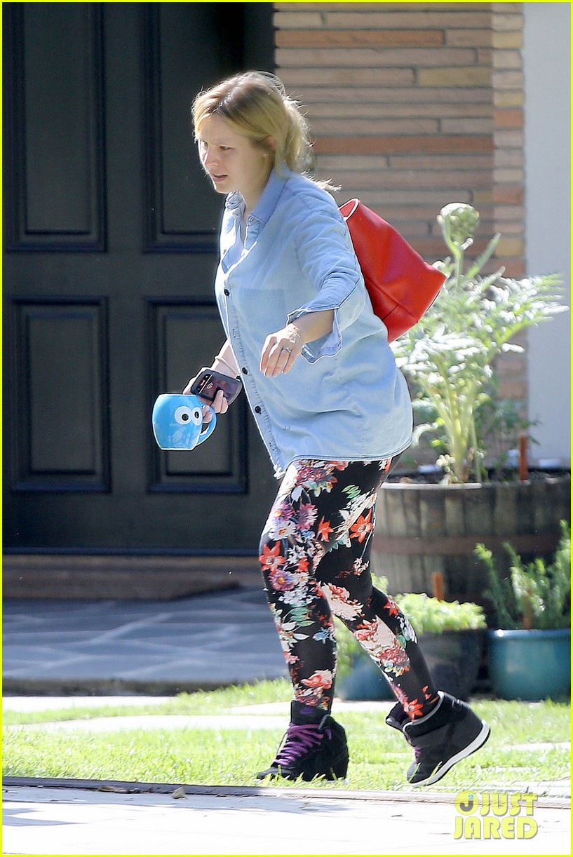 kristen bell steps out for first time since giving birth 092860675