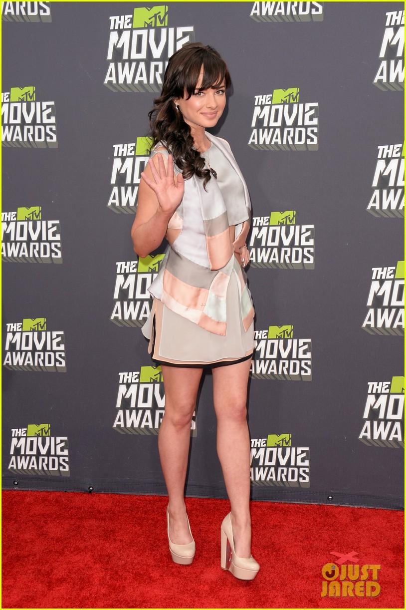 bella thorne ashley rickards mtv movie awards rep carpet 2013 052849963